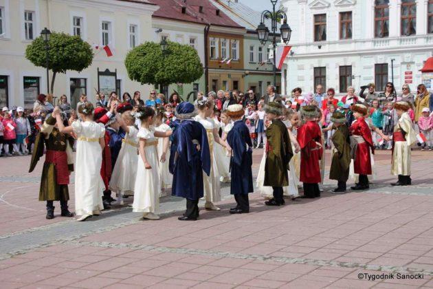 więto flagi sanok 51 630x420 - Święto flagi. Przedszkolaki z biało-czerwoną