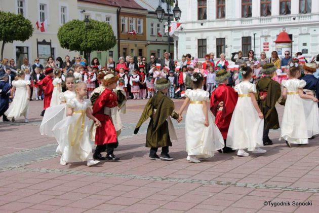 więto flagi sanok 52 630x420 - Święto flagi. Przedszkolaki z biało-czerwoną