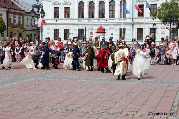 więto flagi sanok 53 630x420 - Święto flagi. Przedszkolaki z biało-czerwoną