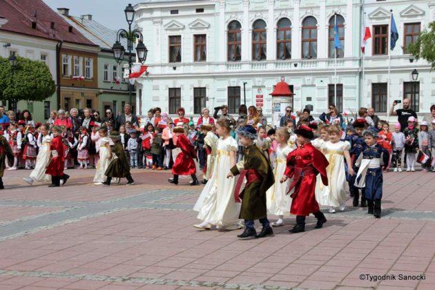 więto flagi sanok 54 630x420 - Święto flagi. Przedszkolaki z biało-czerwoną