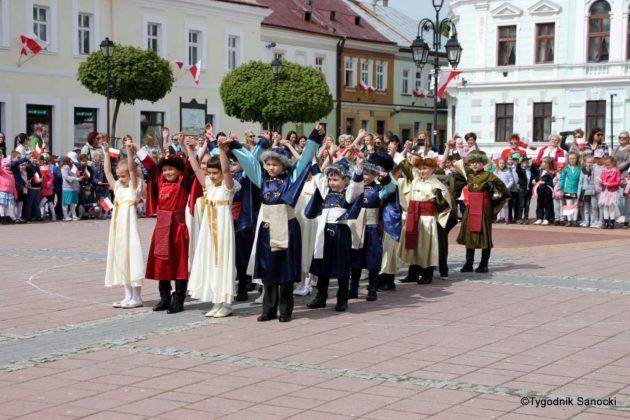 więto flagi sanok 55 630x420 - Święto flagi. Przedszkolaki z biało-czerwoną