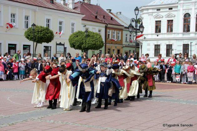 więto flagi sanok 56 630x420 - Święto flagi. Przedszkolaki z biało-czerwoną
