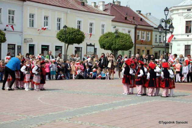 więto flagi sanok 57 630x420 - Święto flagi. Przedszkolaki z biało-czerwoną