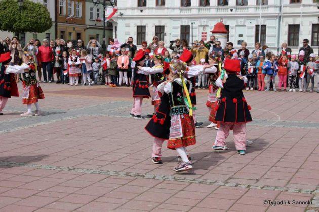 więto flagi sanok 59 630x420 - Święto flagi. Przedszkolaki z biało-czerwoną