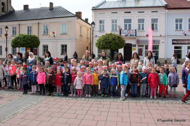 więto flagi sanok 6 630x420 - Święto flagi. Przedszkolaki z biało-czerwoną