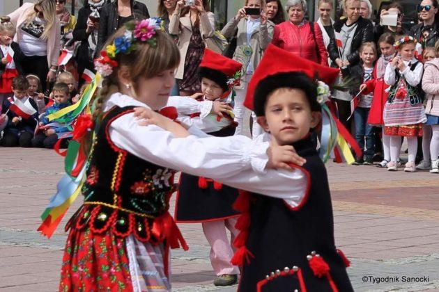 więto flagi sanok 61 630x420 - Święto flagi. Przedszkolaki z biało-czerwoną