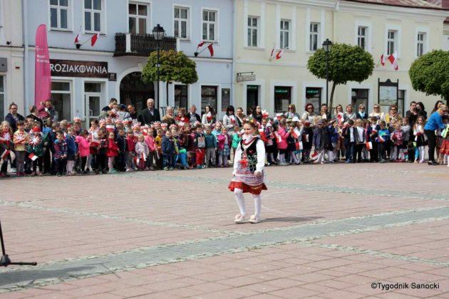 więto flagi sanok 62 630x420 - Święto flagi. Przedszkolaki z biało-czerwoną
