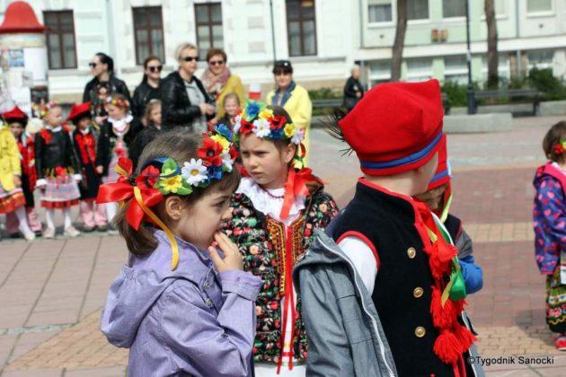więto flagi sanok 8 630x420 - Święto flagi. Przedszkolaki z biało-czerwoną