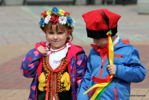 więto flagi sanok 9 627x420 - Święto flagi. Przedszkolaki z biało-czerwoną