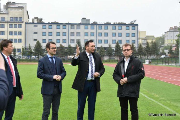 Goście burmistrza Tomasza Matuszewskiego: Tomasz Poręba i Piotr Babinetz z wizytą na obiektach sportowych