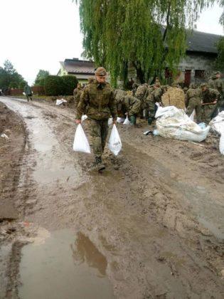 powodzianie 2 315x420 - PODKARPACCY TERYTORIALSI POMAGAJĄ W GMINACH DOTKNIĘTYCH KLĘSKĄ ŻYWIOŁOWĄ
