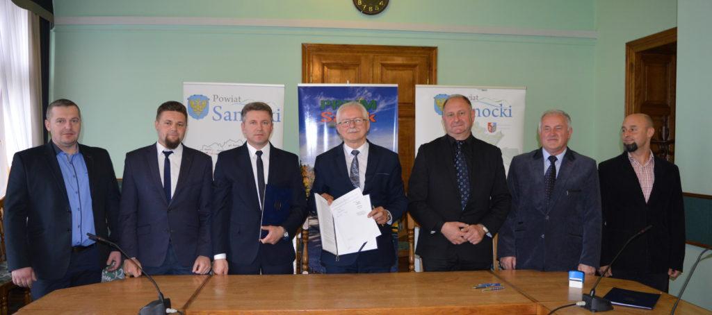 1. Podpisanie umowy Z PRDiM na modernizację Traugutta i Kalnicy 120519 22 1024x454 - Drogi powiatowe do remontu. Traugutta w Sanoku i Tarnawa - Kalnica