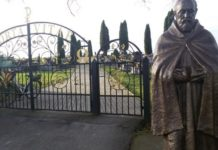 Święty spod cmentarnej bramy