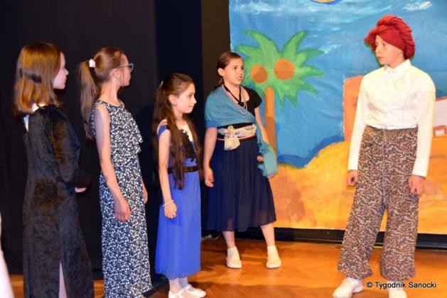 bwa wakacje 10 629x420 - W galerii BWA odbyły się warsztaty teatralno – plastyczne dla dzieci