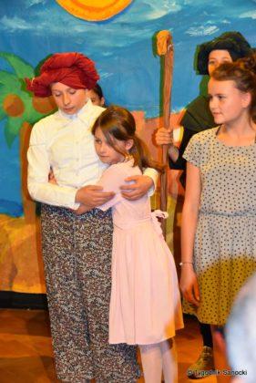 bwa wakacje 25 281x420 - W galerii BWA odbyły się warsztaty teatralno – plastyczne dla dzieci
