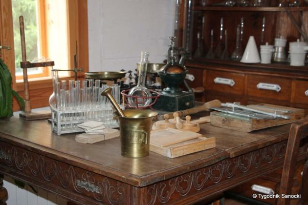 apteka skansen 1 630x420 - Muzeum Budownictwa Ludowego Ambasadorem Wschodu i z Certyfikatem Polskiej Organizacji Turystycznej