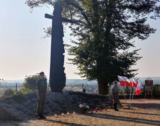Harcerze przy pomniku 532x420 - Harcerze uczcili 80. rocznicę wybuchu II wojny światowej