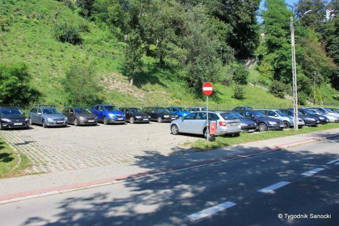 Samochody prywatne na parkingu dla autokarów - interwencja czytelników