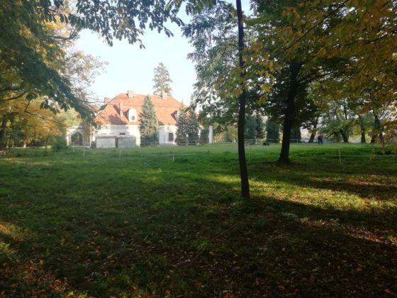 dwór 4 560x420 - Nadleśnictwo Brzesko – Leśnictwo Melsztyn – Zakliczyn. Amelia zaprasza na wycieczkę