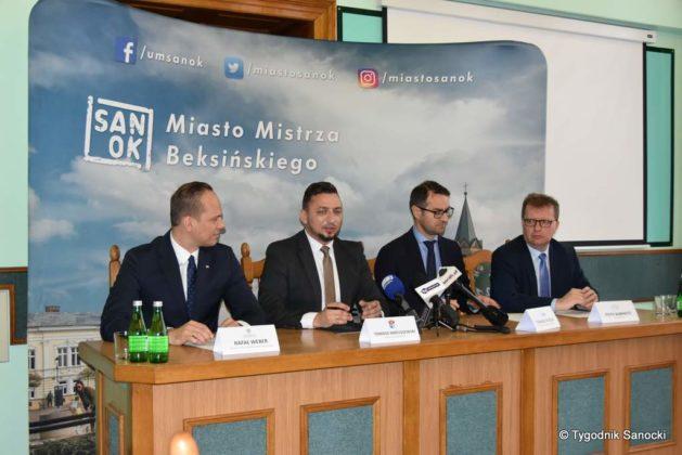 konferencja 25 629x420 - Ponad 8 milionów złotych dla Sanoka