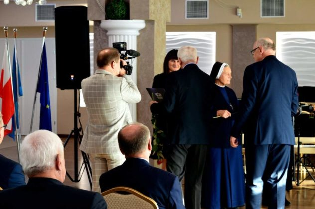 nagroda dla Sanitas 1 632x420 - Działania Sanitas docenione przez włodarzy Powiatu Brzozowskiego