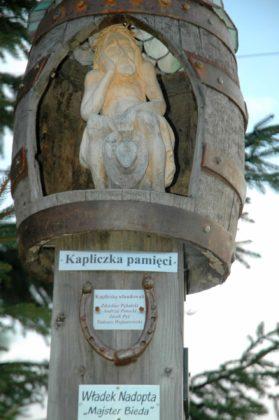 Kapliczka Pamięci 279x420 - Kapliczka pamięci w Cisnej rozjaśniała w blasku płomieni zniczy
