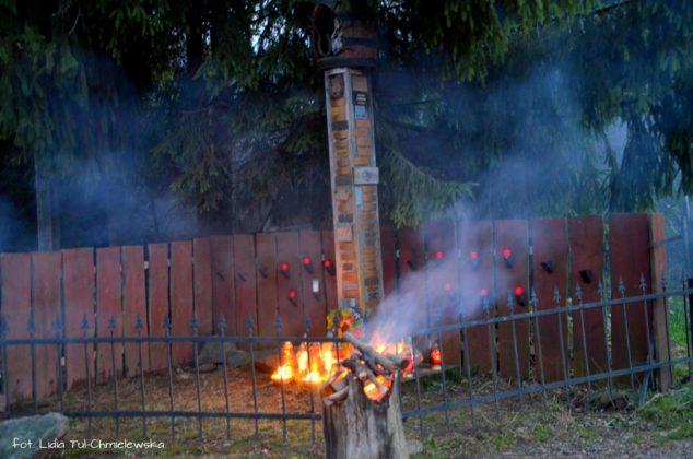 Kapliczka pamięci w Cisnej rozjaśniała w blasku płomieni zniczy 12 634x420 - Kapliczka pamięci w Cisnej rozjaśniała w blasku płomieni zniczy