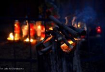 Kapliczka pamięci wCisnej rozjaśniała wblasku płomieni zniczy