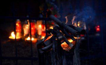 Kapliczka pamięci w Cisnej rozjaśniała w blasku płomieni zniczy