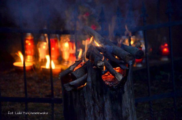 Kapliczka pamięci w Cisnej rozjaśniała w blasku płomieni zniczy 15 634x420 - Kapliczka pamięci w Cisnej rozjaśniała w blasku płomieni zniczy