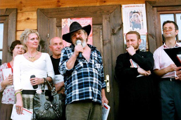 Uroczystość 15.08.2008 633x420 - Kapliczka pamięci w Cisnej rozjaśniała w blasku płomieni zniczy