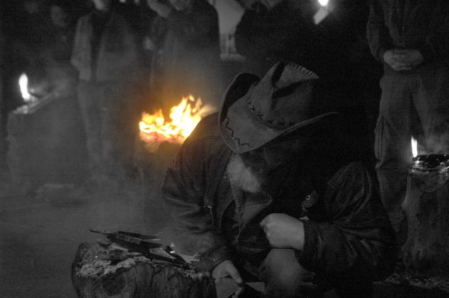 Zakapiorskie Zaduszki w Cisnej 633x420 - Kapliczka pamięci w Cisnej rozjaśniała w blasku płomieni zniczy