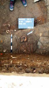 archeologia 1 169x300 - Mur obronny i szczątki ludzkie. Najświeższe wykopaliska archeologiczne w Sanoku