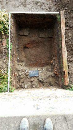 archeologia 4 236x420 - Mur obronny i szczątki ludzkie. Najświeższe wykopaliska archeologiczne w Sanoku