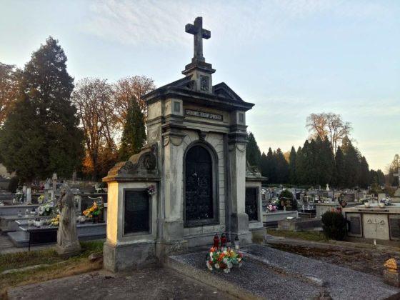 cmentarz8 560x420 - Spacer postarych cmentarzach wSanoku