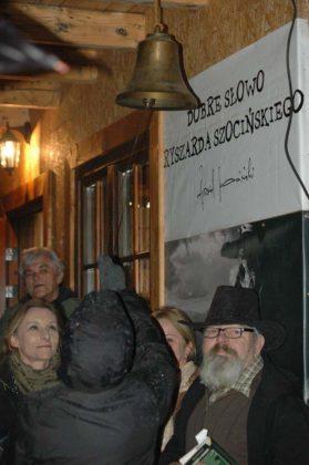 dzwon przy Atamani 279x420 - Kapliczka pamięci w Cisnej rozjaśniała w blasku płomieni zniczy