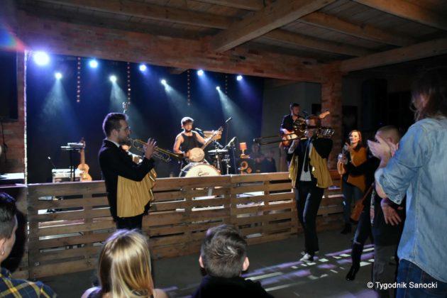 Andrzejki Dukla zespół z Rzeszowa 29 630x420 - Festiwal Wielu Kultur w Dukli. Węgry, Ukraina i Polska - zespoły pełne energii