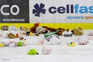 Zwycięski gol Kazka i pluszaki na lodzie