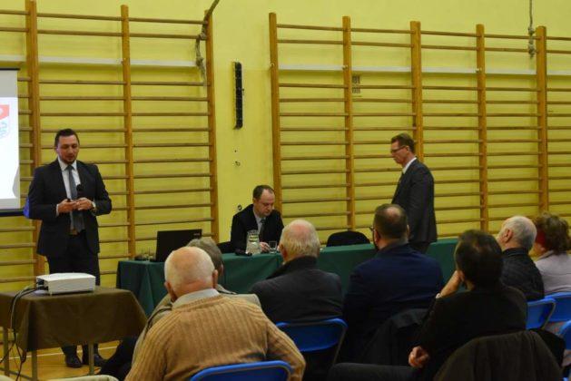 błonie spotkanie z mieszkańcami 29 629x420 - Przychodnie powinny zostać miejskie. Spotkanie burmistrza z mieszkańcami dzielnicy Błonie