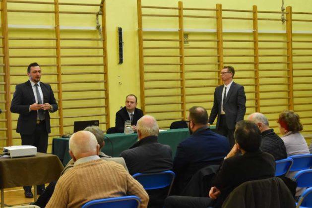 błonie spotkanie z mieszkańcami 30 629x420 - Przychodnie powinny zostać miejskie. Spotkanie burmistrza z mieszkańcami dzielnicy Błonie