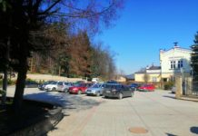 Parking na Placu Harcerskim zapełniony