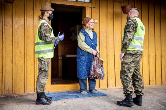 Na terenie całego Podkarpacia żołnierze 3. Podkarpackiej Brygady Obrony Terytorialnej wspierają Domy Pomocy Społecznej.