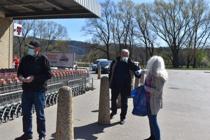 Pierwsza partia maseczek trafiła do najstarszych mieszkańców Sanoka