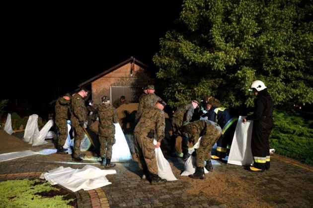 Żołnierze pomagają przy usuwaniu skutków powodzi w gminie Bircza