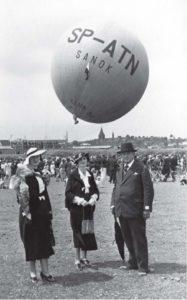 """Lot balonu """"Sanok"""" Autor: Leon Gottdank Czas wykonania: czerwiec 1937 r. Fotografia przedstawia publiczność zgromadzoną podczas startu balonu """"Sanok"""". Na pierwszym planie Juliusz Bruna – wiceburmistrz – z dwoma kobietami (prawdopodobnie z żoną i córką)."""