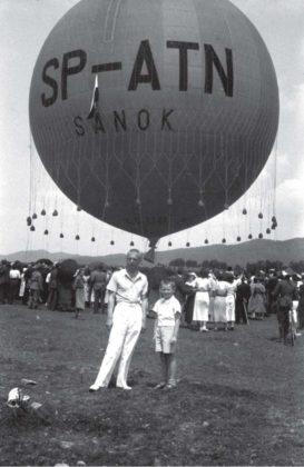 """. Lot balonu """"Sanok"""" Autor: Stanisław Potocki Czas wykonania: czerwiec 1937 r. Fotografia przedstawia balon """"Sanok"""" na sanockich błoniach."""
