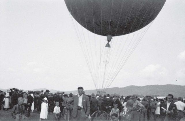 """Lot balonu """"Sanok"""" Autor: Stanisław Beksiński Czas wykonania: czerwiec 1937 r. Fotografia przedstawia balon """"Sanok"""" na sanockich błoniach"""