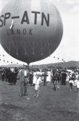 """. Lot balonu """"Sanok"""" Autor: Stanisław Beksiński Czas wykonania: czerwiec 1937 r. Fotografia przedstawia balon """"Sanok"""""""