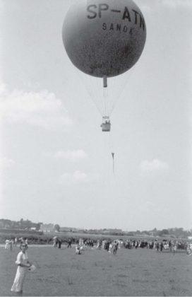 """Lot balonu """"Sanok"""" Autor: Stanisław Potocki Czas wykonania: czerwiec 1937 r. Fotografia przedstawia balon """"Sanok"""" nad sanockimi błoniami."""