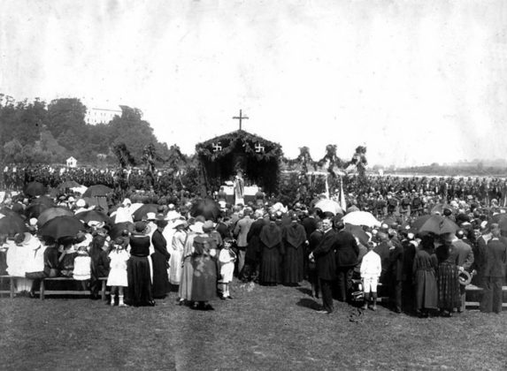 Uroczystość wręczenia sztandaru 2.psp na sanockich Błoniach 15 lipca 1923 roku. Fot. MHS.